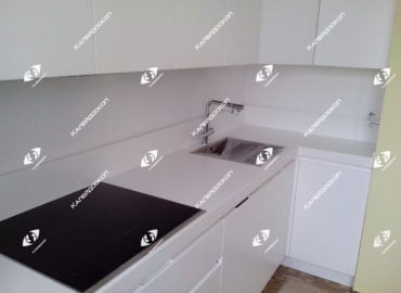 Столешница для кухни с литой стеновой панелью из белого акрилового камня