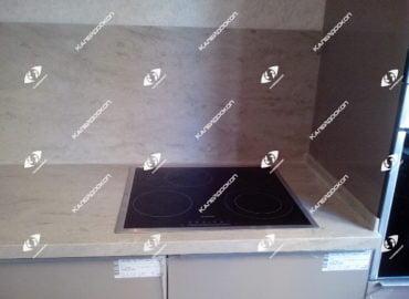 Столешница для кухни из акрилового камня Tristone под мрамор с интегрированной мойкой и литыми стеновыми панелями.