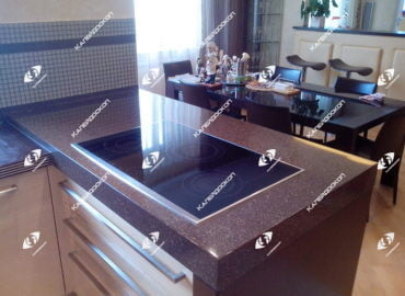 Столешница для кухни островная из акрилового камня с установленной варочной поверхностью