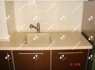 Столешница для кухни из акрилового камня с литой мойкой и проточками для стока воды