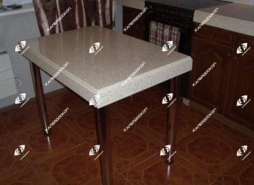 Столешница из искусственного камня для обеденного стола с опорами хромированными.