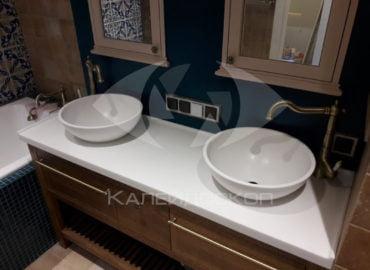 Столешница для ванной комнаты из акрилового камня Tristone Pure White с раковинами из искусственного камня.