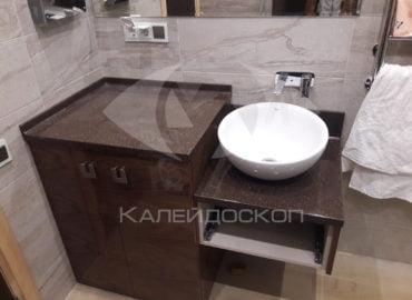 Столешница для ванной комнаты из искусственного камня двухуровневая с раковиной-чашей